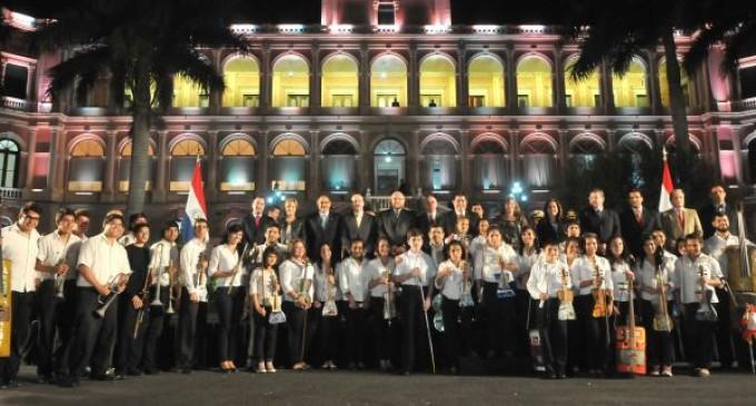 Orquesta de Cateura recibe reconocimiento y critica a los políticos