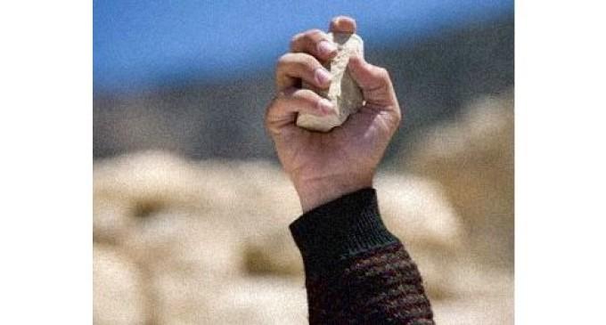 Jóvenes fueron condenados a limpiar las calles por arrojar piedras a transeúntes