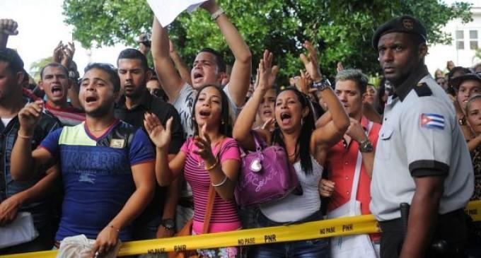Cientos de cubanos protestan contra la exigencia de visa para viajar a Ecuador