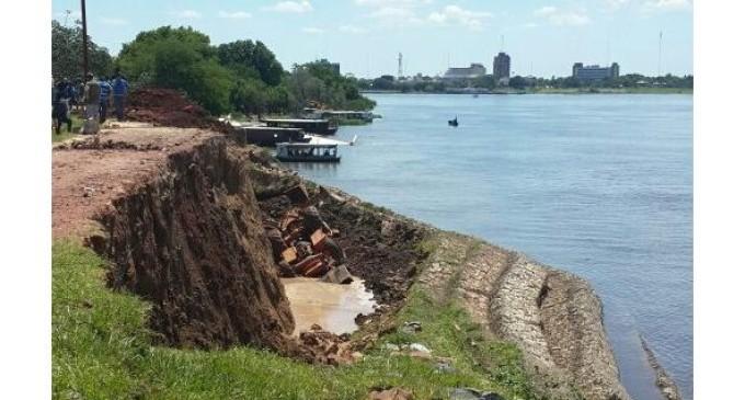 Cede muro de contención en Alberdi y cae tractor del MOPC