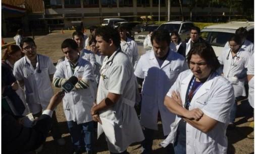 Médicos seguirán de brazos caídos y critican presupuesto para Salud