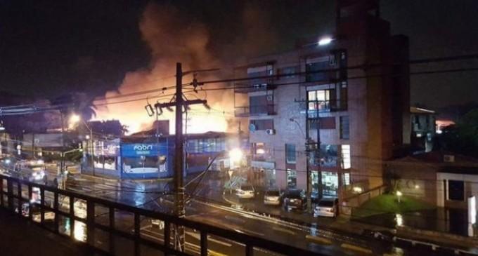 Voraz incendio consumió todas las mercaderías de un local comercial