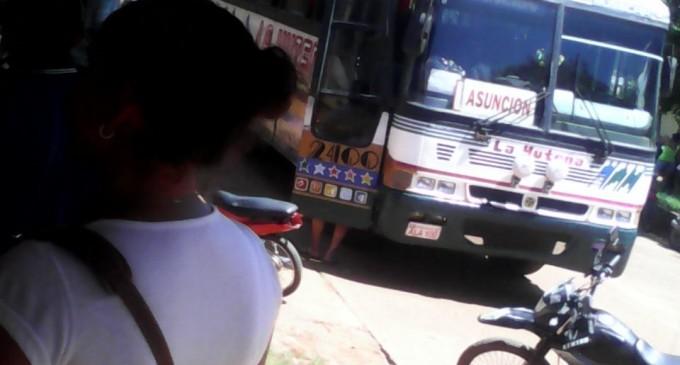 Matan a tiros a policías en un bus