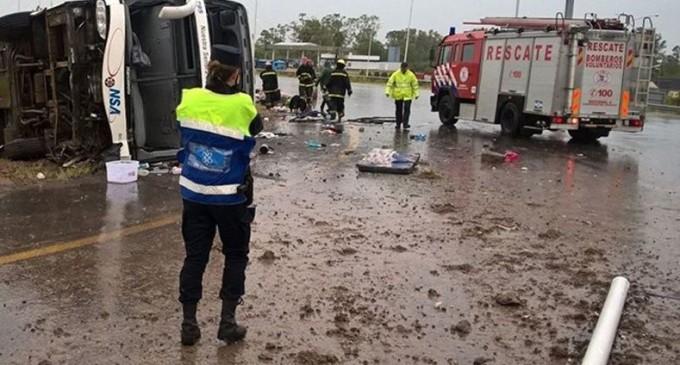 Tres muertos al volcar un colectivo de NSA en Argentina