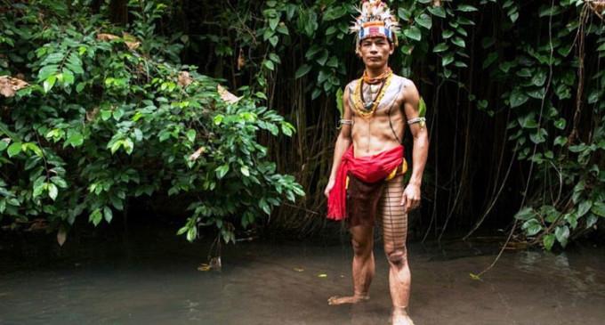 Escondidos del mundo moderno: un fotógrafo revela la vida diaria de una tribu indonesia