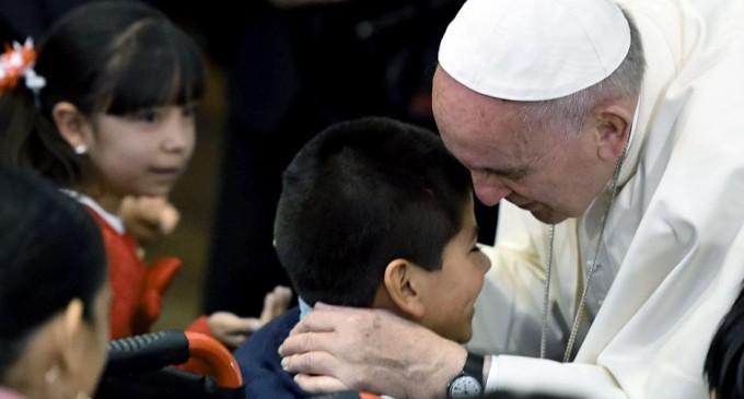 "Papa Francisco plantea ""cariñoterapia"" para tratar a niños con cáncer"