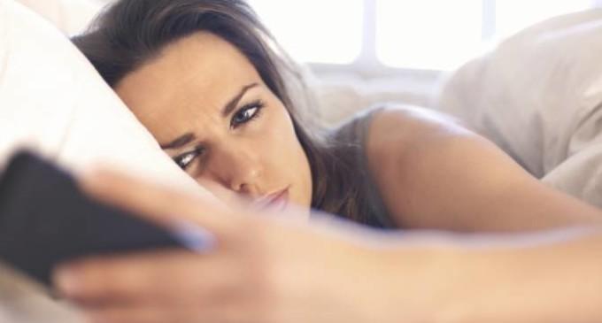 Lanzan lentes para que el celular no quite el sueño
