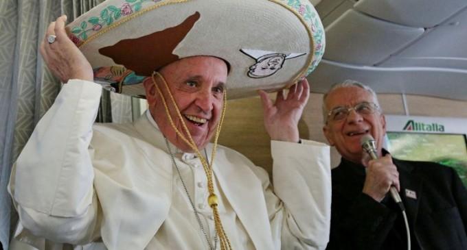 Sombreros, limpiabotas y dulces entre los regalos que recibió el papa Francisco en el avión