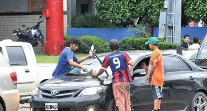 Quieren prohibir limpiavidrios en Asunción desde abril