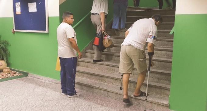 Ascensor 'reservado' para Cartes hizo que pacientes subieran escaleras