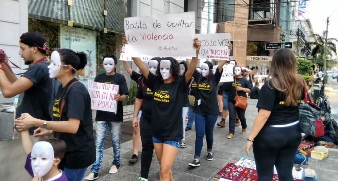 Numerosas personas marcharon en apoyo al proyecto de ley a la no violencia a la mujer