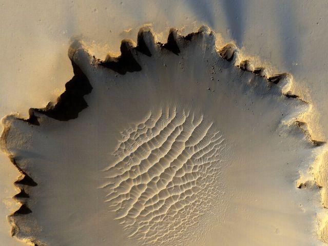 Cráter Victoria: El vehículo Mars Rover Opportunity, que se desplaza por la superficie de Marte, recorrió este cráter de 730 metros de ancho localizado en la llanura Meridiani Planum.