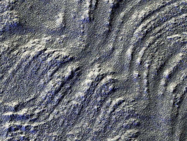 Glaciar: En la imagen la iluminación se disminuyó para acentuar las líneas que lo atraviesan, que se extienden desde el monte Euripus Mons