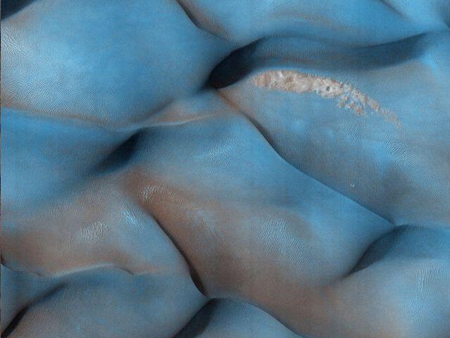 Dunas de dos tonos en Meridiani Terra: Esta región de Marte era conocida antes como Sinus Meridiani, nombre dado a finales de 1870 por el astrónomo francés Camille Flammarion.