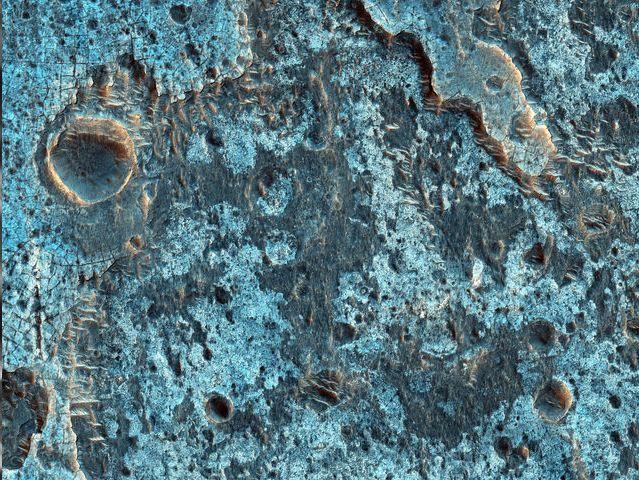 Rocosidad al suroeste de Ganges Chasma:<br /> Ganges Chasma es un profundo cañón en el extremo oriental del gran sistema Valle Marineris.