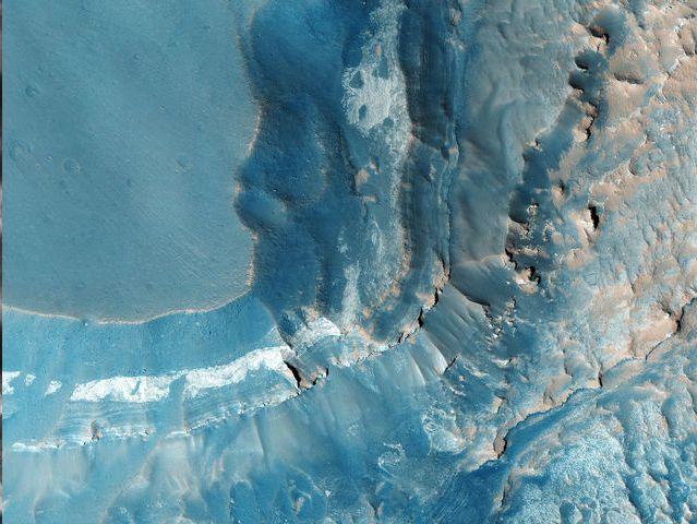 Noctis Labyrinthus:<br /> Se ubica en el borde occidental de Valle Marineris, al norte de Syria Planum. Está compuesto por grandes bloques de terreno fracturado y varios cañones.