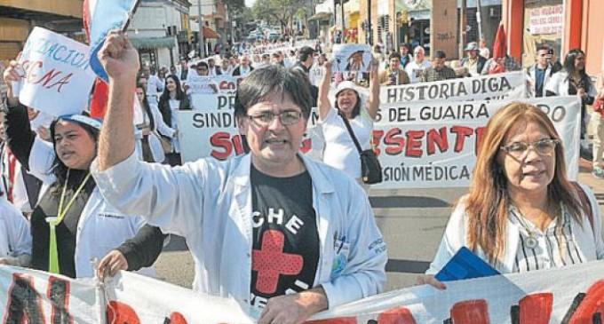 Médicos inician huelga y denuncian amenazas del viceministro