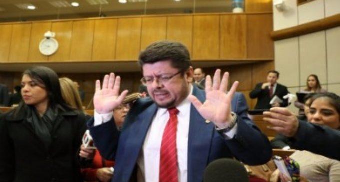 Oficialista justifica abandono de sesión