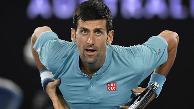 Novak Djokovic comienza su defensa del título con victoria en Australia
