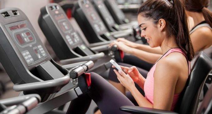 Fitness: los peligros de usar el celular mientras se realiza ejercicios