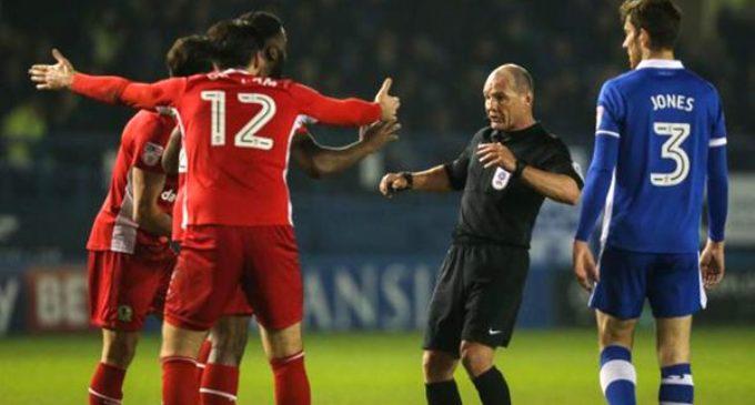 Insólito: un árbitro simuló un empujón y expulsó al futbolista