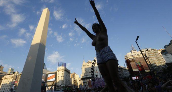 Tetazo en el Obelisco: las mujeres marcharon por igualdad de género en Argentina