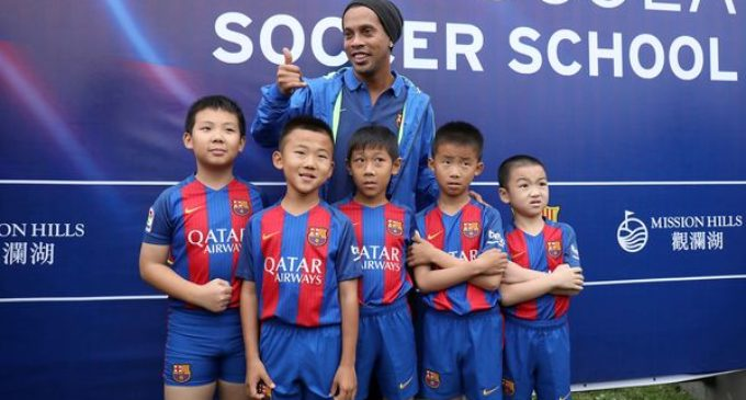 El Barcelona apuesta al fútbol chino con Ronaldinho como nuevo embajador del club