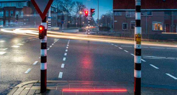 Instalan semáforos en el suelo para evitar accidentes de adictos al celular