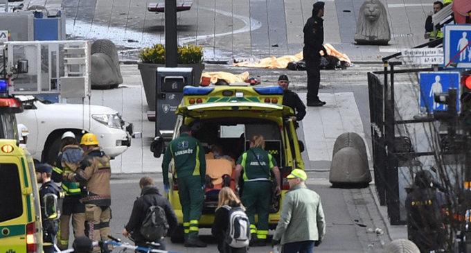 4 muertos y 15 heridos tras arrollamiento de camión a una multitud en Estocolmo