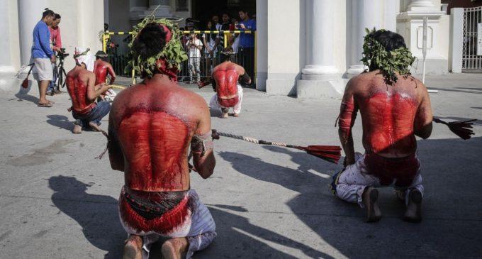 El sangriento Jueves Santo al que se someten los penitentes en Filipinas