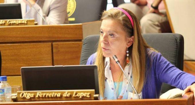 """Denuncian que diputada Olga Ferreira """"arrea"""" a funcionarios a que junten firmas para su Movimiento"""