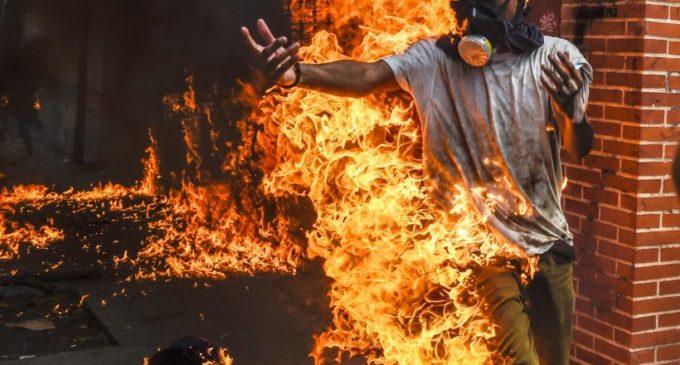 Un muerto, dos jóvenes quemados y uno arrollado por tanqueta militar: recrudece la violencia en las protestas en Venezuela