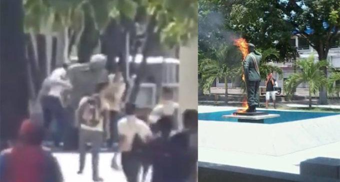 Manifestantes destrozaron estatua de Hugo Chávez
