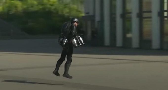 VIDEO: Inventor prueba su 'traje volador'