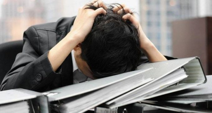 Estrés laboral afecta salud del trabajador y su entorno