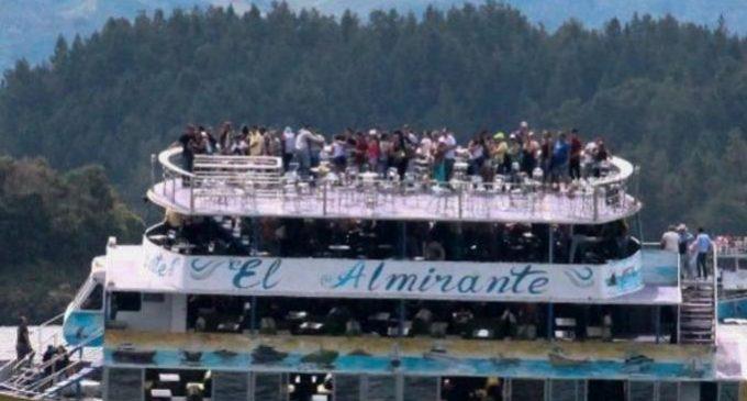 Decenas siguen desaparecidos tras el naufragio de un bote de turistas en Colombia