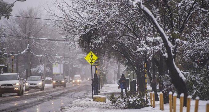 Una sorprendente nevada en Santiago cautivó a los chilenos