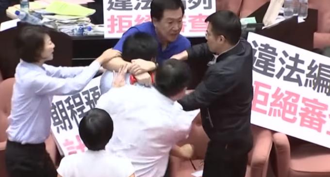 Congresistas se pelearon a sillazos, golpes y empujones en pleno parlamento de Taiwán