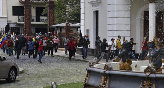 Al menos 12 heridos tras irrumpir un grupo de seguidores chavistas en el Parlamento venezolano