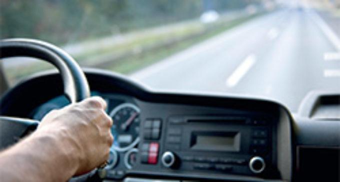 Borracho se quedó dormido en el vehículo, obstaculizó el tránsito y fue sancionado
