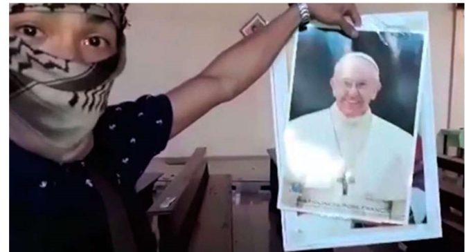 En nuevo video, ISIS rompe foto del Papa Francisco y amenaza Roma