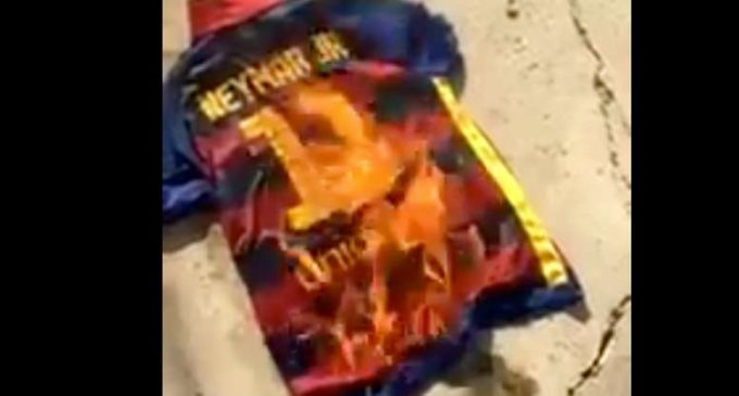 Hinchas del Barcelona quemaron la camiseta de Neymar