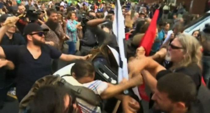 Violenta marcha de nacionalistas blancos en EE.UU.
