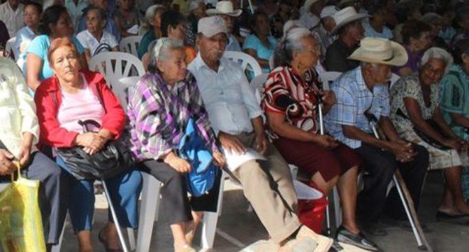 Proponen aumento de impuesto al tabaco para destinar recursos a adultos mayores