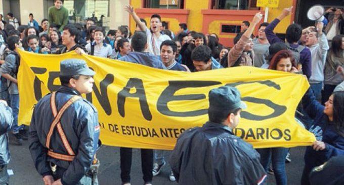 """Estudiantes tildan de """"innecesario"""" firmar documento con el gobierno"""