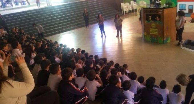 Con teatro y títeres educan para tener Escuelas y Colegios libre de criaderos