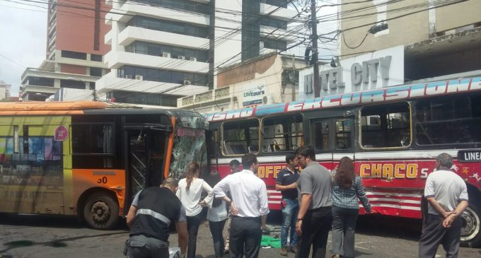 Dos muertos provocó choque entre colectivos en el microcentro de Asunción
