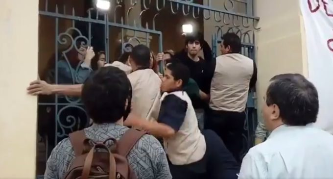 Alumnos retoman la UCA tras incidentes con guardias privados