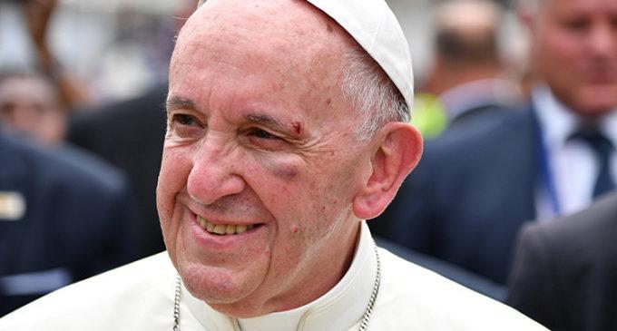 El golpe del Papa en el papamóvil