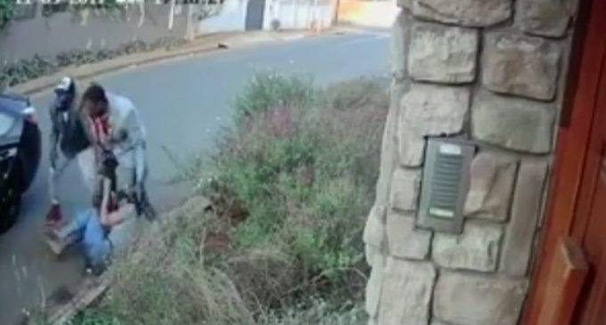 VIDEO: La pelea de una universitaria para no entregar su tesis a ladrones